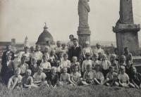 Základní škola ve Skalici, Anton stojí vedle učitele vlevo, 1943