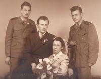 Svatební s manželkou Evou. Bratr Vladimír vlevo, kamarád Liboše Bubna vpravo, Praha 10. 4. 1954