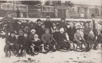S kamarády v Horních Počernicích u Prahy. Liboš Buben v černé čepici, spodní řada, třetí zprava
