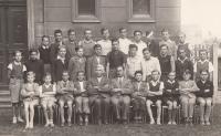 Měšťanská škola v Horních Počernicích. Liboš Buben ve spodní řadě, čtvrtý zprava