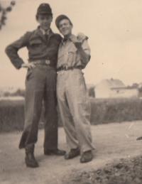 Liboš Buben (vlevo) příslušníkem RG Škodových závodů s kamarádem krátce po skončení války, květen 1945