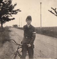 Liboš Buben s páskou RG Škodových závodů krátce po skončení války, květen 1945