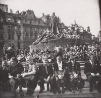 Pražané na Staroměstském nám. v Praze krátce po osvobození, květen 1945