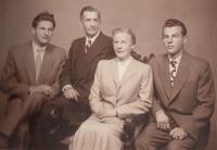 S matkou, nevlastním otcem Štětinou a bratrem Vladimírem (Liboš Buben vpravo)