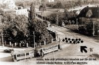 Místo, ve kterém stál krátce po atentátu na Heydricha přihlížející hlouček (cca 20-30 lidí), včetně Liboše Bubna