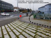 Přibližná poloha Heydrichova auta (červený čtverec) po atentátu. Černé tečky znázorňují tehdejší úroveň plotu v zatáčce
