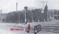 Přibližná poloha českého náklaďáčku a o jeho nízkou korbu opírajícího se Heydricha krátce po atentátu podle vzpomínek Liboše Bubna (Heydrich se držel pravou rukou za záda a koukal dolů do ulice V Holešovičkách)