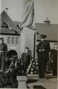 Malý Jiřík při pietní akci po válce