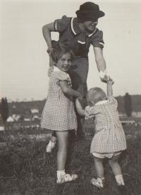 1937 V. Chuchle na výletě Hana, Eva, maminka