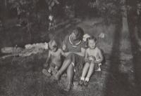 Eva a Hana s maminkou 1937