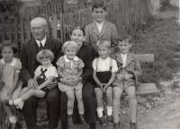 vnoučata s prarodiči Horní Čermná 1938
