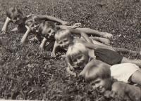 Hana a Eva s bratranci a sestřenicemi 1938 Horní Čermná prázdniny