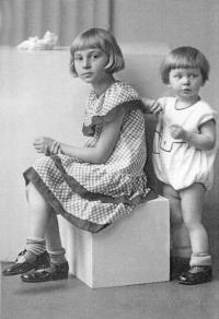 "1934 - ""Danka a Saša"" - Alexandra a Daniela Hahnovy"
