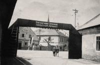 1945 - slavobrána pro Rudou armádu, dřív přišli ale Američané