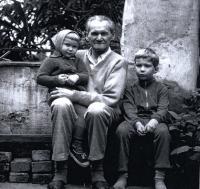 Dědeček Jan s vnoučaty Pavlem a Petrou