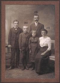 Pradědeček s rodinou, rok 1914