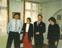 Jan Urban (vlevo) s princem Charlesem a manželkou Elenou (vpravo)