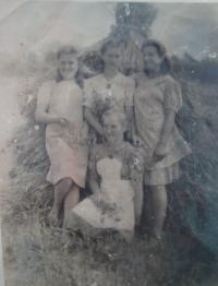 Anna Strelkov vlevo, uprostřed sestra Františka, napravo sestra Marie