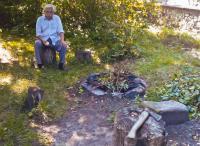 Ludvík Vaculík na zahradě se sekyrou (2007)