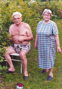 Marie a Ludvík Vaculíkovi na zahradě v Dobřichovicích (2006)