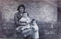 Matka Emilie Fischerová s dvojčaty Jiřím a Josefem