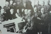 Důstojníci hraničářského pluku 6 s rodinnými příslušníky, otec Ivan Horáček nahoře uprostřed