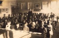 Školní třída (Na Santošce), třídní Emanuel Pucherna, Z.D. první řada uprostřed