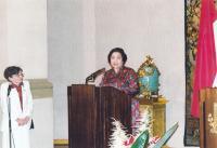 Paní Dubovská tlumočí projev prezidentky Indonésie II. - 2002