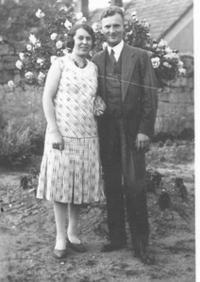 Rodiče pamětnice na zahradě v Loucké, 1931