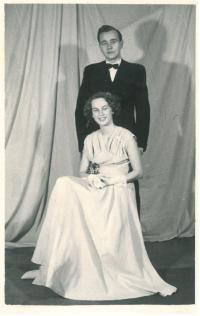 Pamětnice s Dimitrijem, budoucím manželem, na maturitním plese, Praha, 1954
