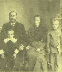 Rodinné foto rodičů Konstantina: Jakov Vasiljevič Blagodarnyj, mladší bratr, Alexandra, Konstantin, Rostov na Donu, 1911