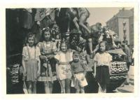 Vítání sovětských vojáků, Hana první vlevo, Praha Dejvice, 9.5.1945