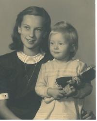 Hana se sestrou, Praha, 1947