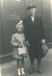 Pamětnice jde první den do školy s louckou babičkou, Praha, 1941