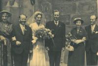 Svatební foto Hany Hnitkové a Dimitrije Blagodárného, vpravo rodiče Hany, vlevo Dimitrije, Praha 1957