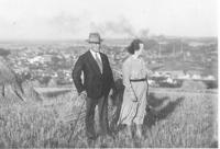 Josef a Marie Hnitkovi, tchán a tchýně pamětnice, na kopci nad Kralupami, 1937
