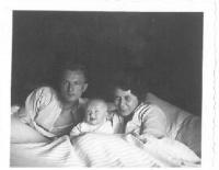 Rodiče s právě narozenou Hanou, Praha, 1935