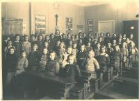 Hana ve 3.třídě, poslední řada sedící druhá zprava, Praha 6, 1943