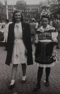 Jitka na Václavském náměstí v Praze oblečena v kroji, který ji ušila její matka