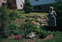 Jitka na zahradě v Chlumečku