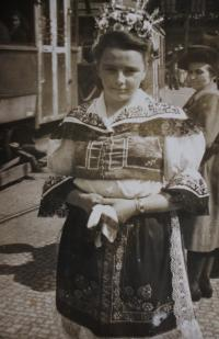 Jitka na Václavském náměstí v Praze oblečena v kroji, který ji ušila její matka II.