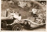 Pamětník řídí traktor při dožínkách u příbuzných v Dalovicích u Ml. Boleslavi, 2. polovina 40. let 20. stol.