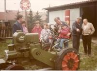 Pamětník (první zprava) u sběratele Líra, v popředí traktor Svoboda, 1993