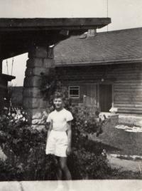 Pavel Bartovský u rodinné chaty v Nové Huťi