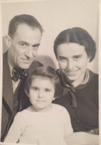Zdena Freundová with her parents (Prague, 1934)