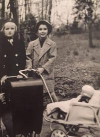 Zdena Freundová se spolužačkou (Hradec Králové, 1938)