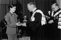 Ariadna Combes, fiica Doinei Cornea, primind, în numele mamei sale, însemnele titlului de Doctor Honoris Causa din partea Universităţii Libere din Bruxelles (17 noiembrie 1989)