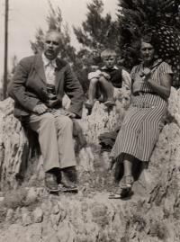 Ludvík Armbruster s tetou (otcovou sestrou) a strýcem, Makarska (Chorvatsko), 1935