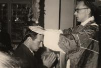 Ludvík Armbruster při primici dává novokněžské požehnání bratrovi, Frankfurt nad Mohanem, 1959