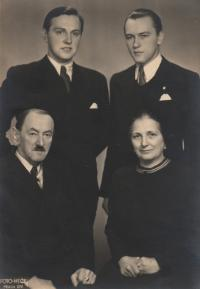 Nahoře vpravo Ludvík Armbruster, vlevo bratr Jan, dole vpravo matka Růžena (roz. Voženílková), vlevo otec Josef, Praha, 1946